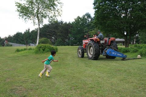 トラクターを追う恒太