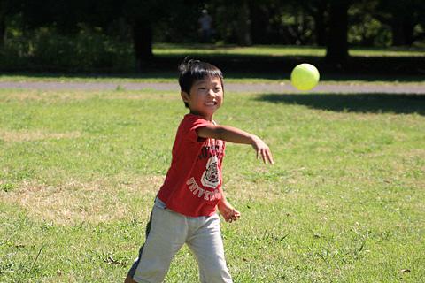 ボールを投げる恒太