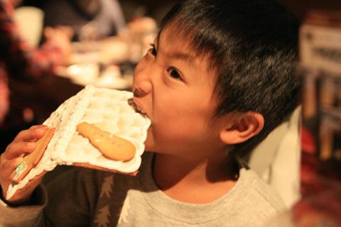 お菓子を食べる恒太