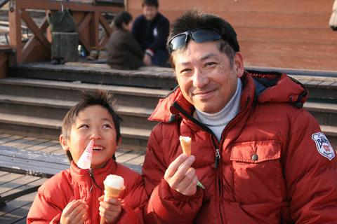 アイスを食べる剛と恒太