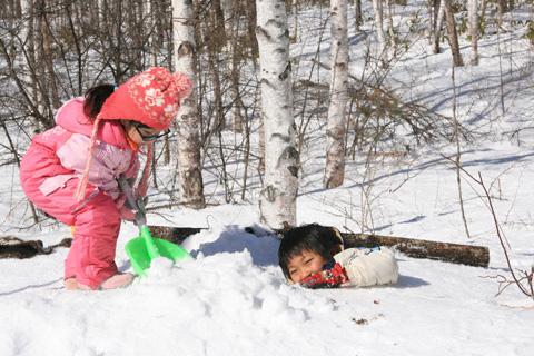 雪に穴を掘る恒太