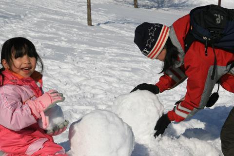 雪だるまを作る瑞雪と真紀さん