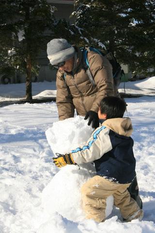 雪だるまを重ねる恒太と剛