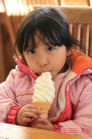 ソフトクリームを食べる瑞雪