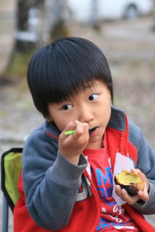 焼き芋を食べる恒太