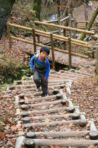 階段を登る恒太
