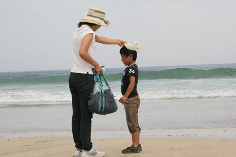 砂浜の親子