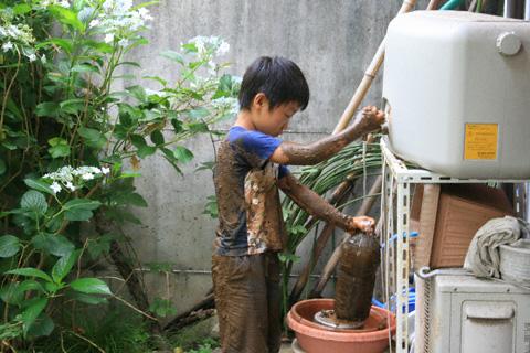 水を汲む恒太