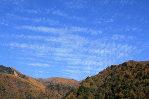紅葉の山とうろこ雲