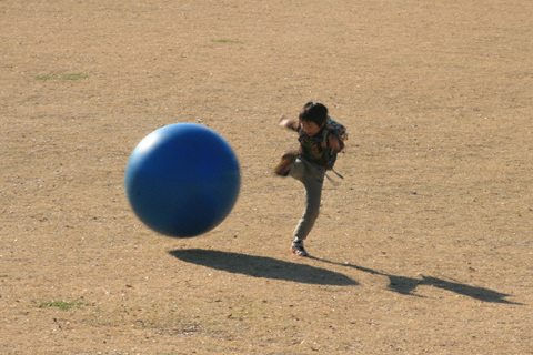 ボールで遊ぶ恒太