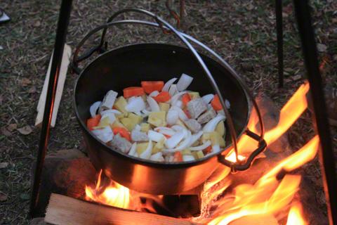 焚き火のダッチオーブン