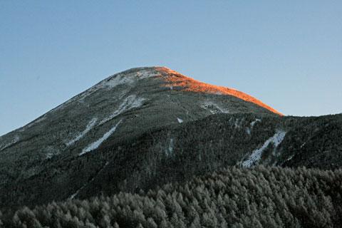 日の出が当たる蓼科山